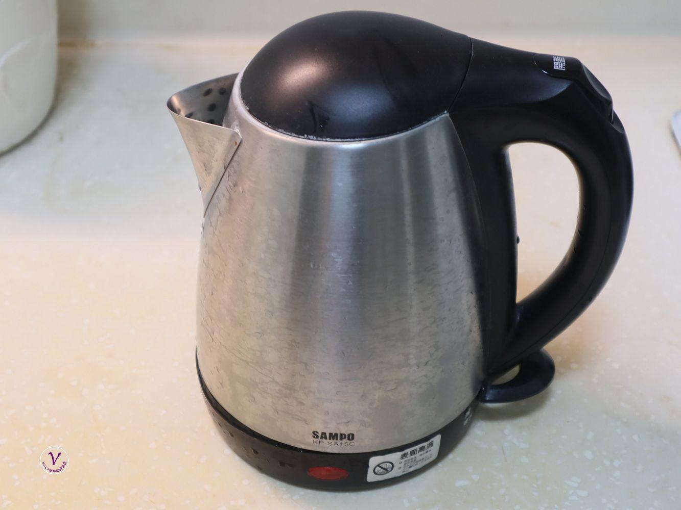 將淨水器的水放入熱水壺中加熱較為耗時